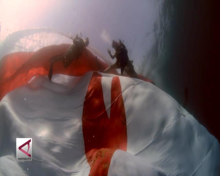 Bendera Raksasa Berkibar di Bawah Laut Lombok