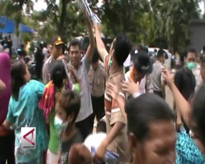 Korban Banjir Bima Berebut Sarung dari Kapolri