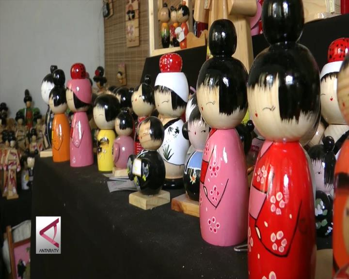 Boneka Jepang dari Limbah Kayu Peti Kemas