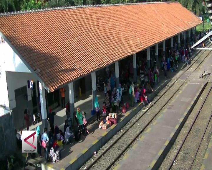 Menunggu Kereta Terakhir di Stasiun Merak