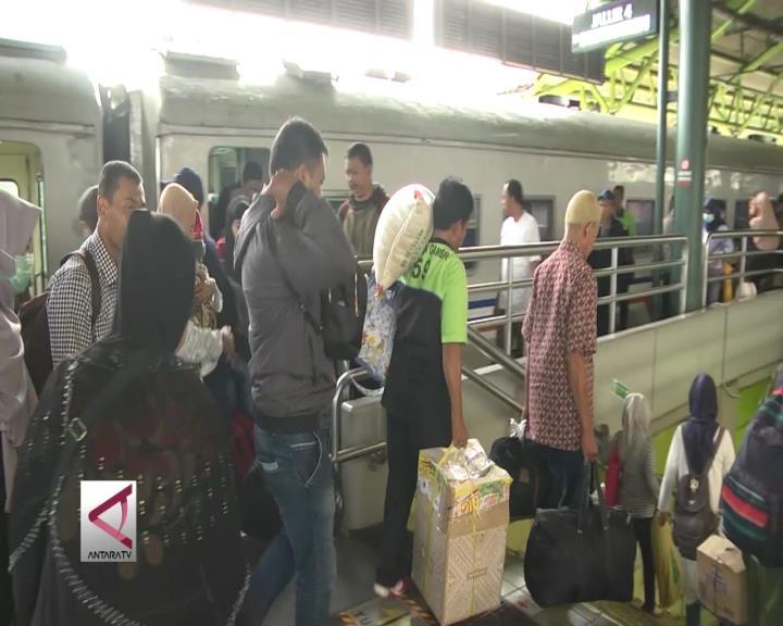 Arus Balik di Stasiun Gambir Masih Padat
