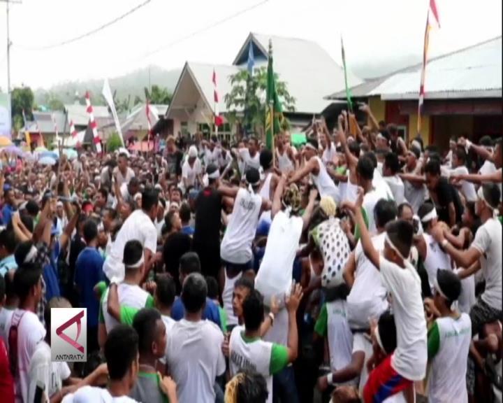 Tradisi Berebut Bendera Saat Idul Adha di Maluku Tengah