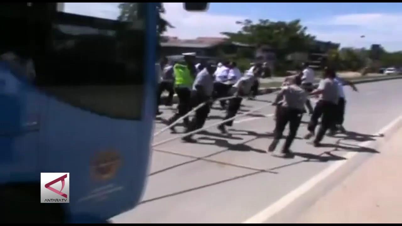 Lomba Tarik Bus Mempererat Persaudaraan