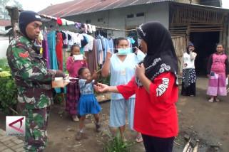 Bantuan masker bagi warga Lereng Gunung Ijen