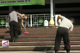 Polisi dan TNI gotong-royong bersih-bersih masjid