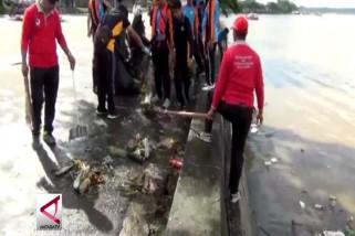Gotong-Royong bersihkan teluk perlancar transportasi laut