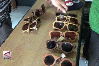 Kacamata Berbingkai Kayu Yogyakarta Yang Mencapai Barcelona