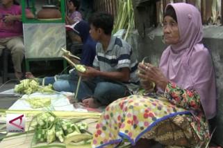 Pedagang anyaman ketupat panen rezeki