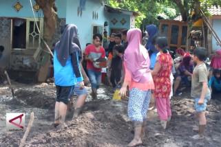 Relawan bantu-bantu korban Banjir Bandang Banyuwangi