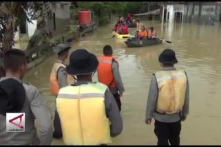 Gunakan perahu, warga korban banjir ke TPS