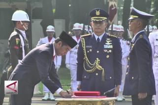 Presiden lantik 724 perwira tni polri