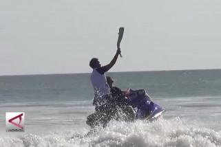 Obor Asian Games dibawa berselancar di Pantai Kuta