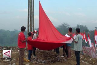Ratusan pemulung kibarkan bendera raksasa di TPA Jember