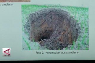 Amblesan tanah di Sukabumi karena ada terowongan