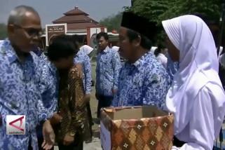 Siswa sisihkan uang saku untuk korban gempa & tsunami