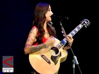 Christina Perri Gelar 14 Lagu