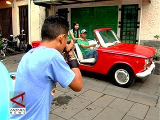 Berfoto Dengan Mobil Tua Di Kota Tua