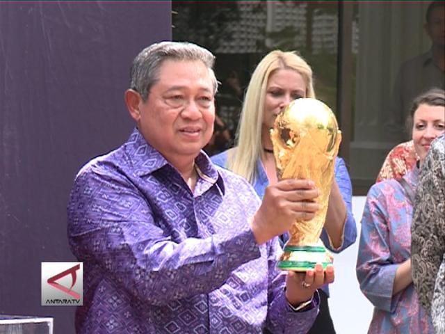 Trofi Piala Dunia Sambangi Indonesia