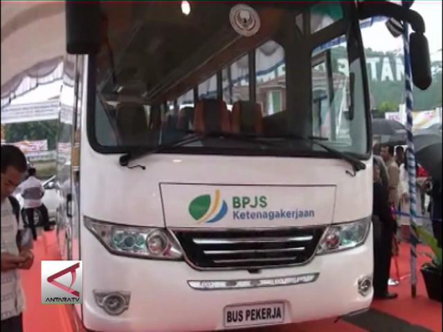 Menko Kesra Serahkan Bus Pekerja Batam