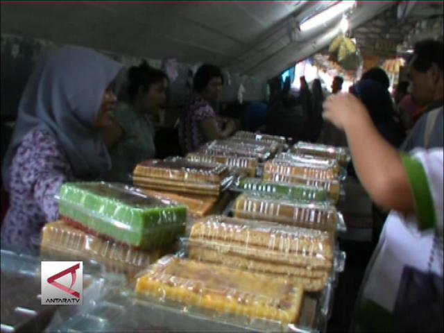 Penjual Kue Basah Ramai Diserbu Pembeli
