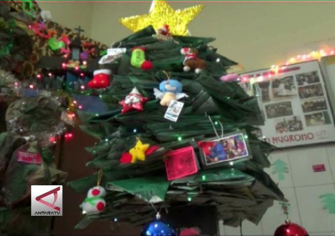 Pohon Natal Dari Limbah Rumah Sakit