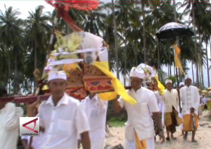 Ratusan Umat Hindu Gelar Ritual Melasti