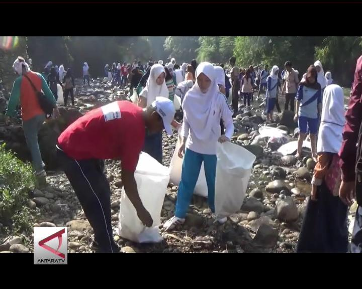 Ribuan Warga Punguti Sampah Ciliwung