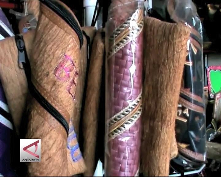 Ragam Souvenir Dari Kulit Kayu Lantung