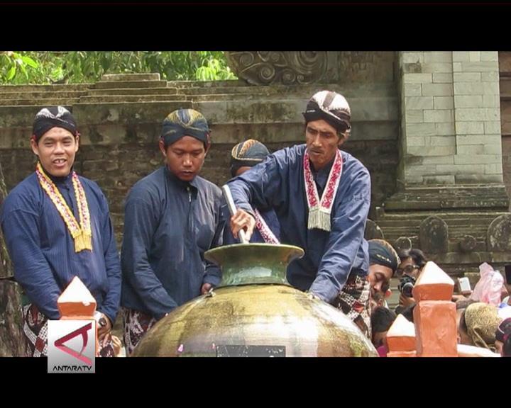 Tradisi Upacara Adat Nguras Enceh Makam Imogiri