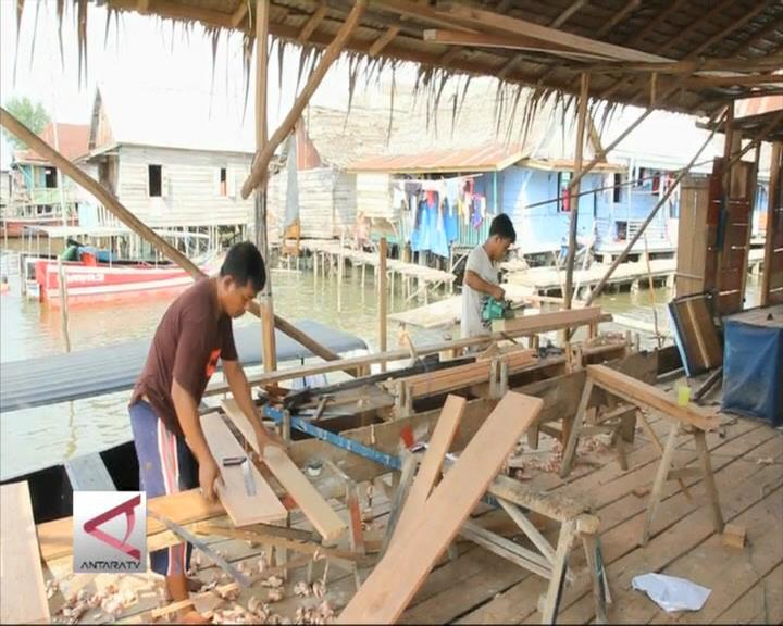 Pembuat Kapal Kayu di Bantaran Sungai Musi
