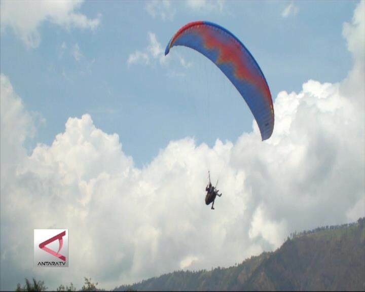 75 Atlet Paralayang Bermanuver di Langit Ijen