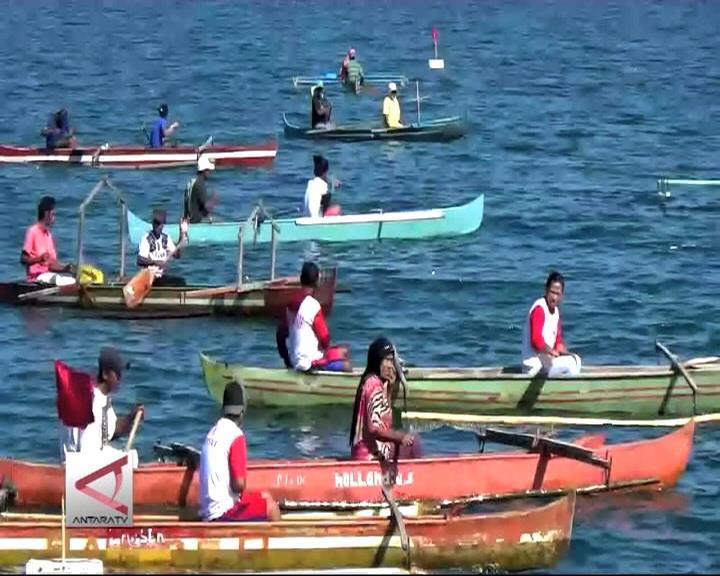 Aksi Kaum Ibu Mendayung Perahu Semang