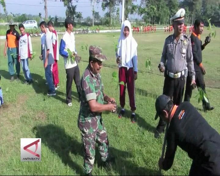 TNI dan Siswa Tanam Ratusan Pohon