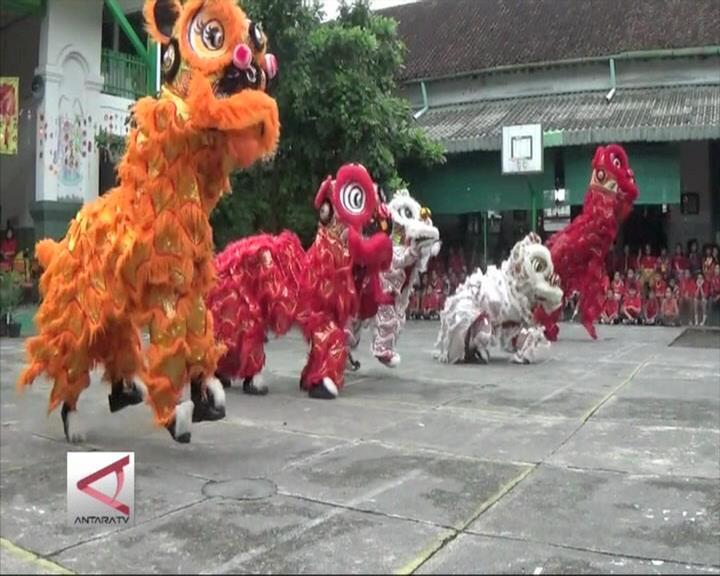 Ratusan Siswa Serahkan Angpao ke Barongsai