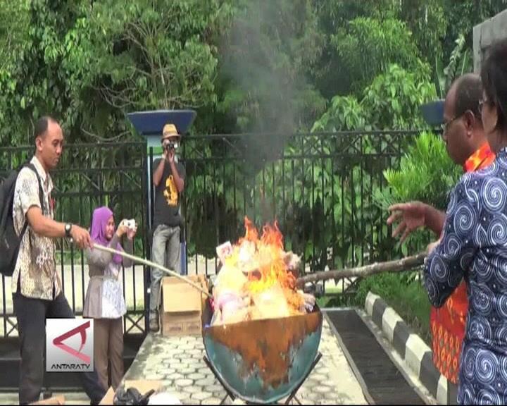 BPOM Jayapura Musnahkan Makanan Kadaluarsa