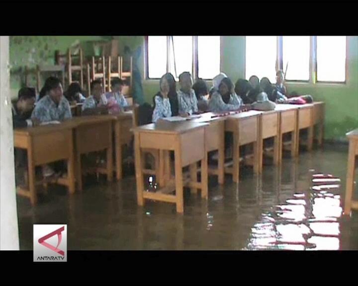 Semangat tak Turun Meski Banjir tak Surut