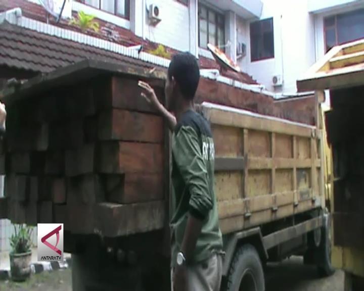 Dinas Kehutanan Sita Kayu Merbau Ilegal