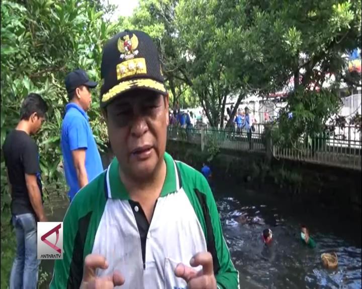 Gubernur Kalsel Contohkan Bersih Sampah