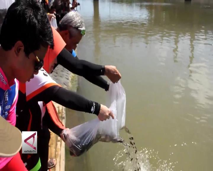Lestarikan Sungai Dengan Tebar Benih Ikan