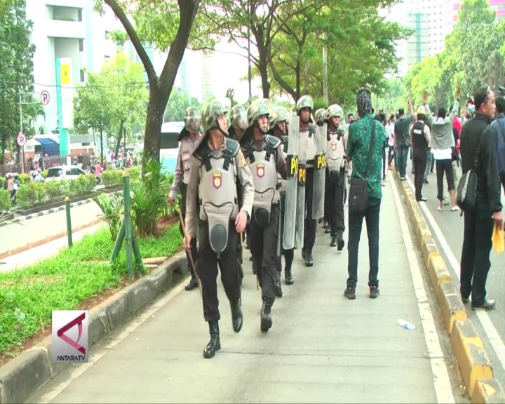 Polisi Kendalikan Unjuk Rasa Ricuh
