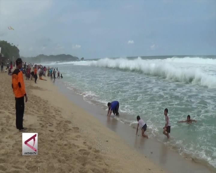 Gelombang Tinggi Terpa Pantai Selatan Yogyakarta