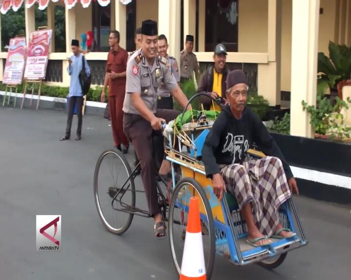 Saat Polisi Mengayuh & Tukang Becak Menjadi Penumpang
