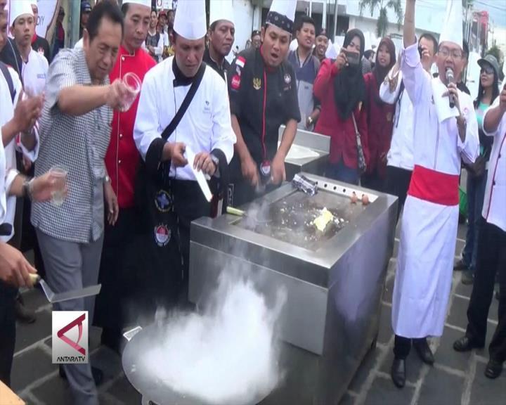 Puluhan Koki Hotel Memasak di Pinggir Jalan