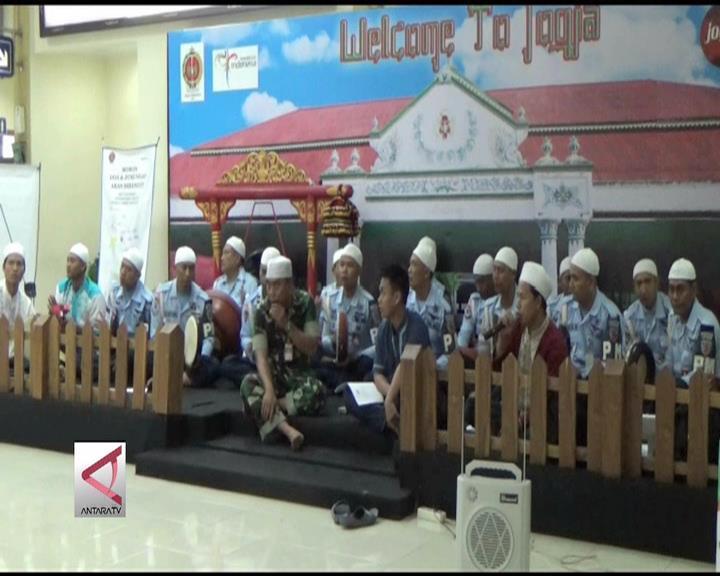 Musik Hadrah TNI Sambut Pemudik di Bandara Adisutjipto