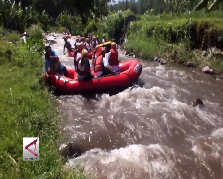 Sensasi Berarung Jeram di Kaki Gunung Raung