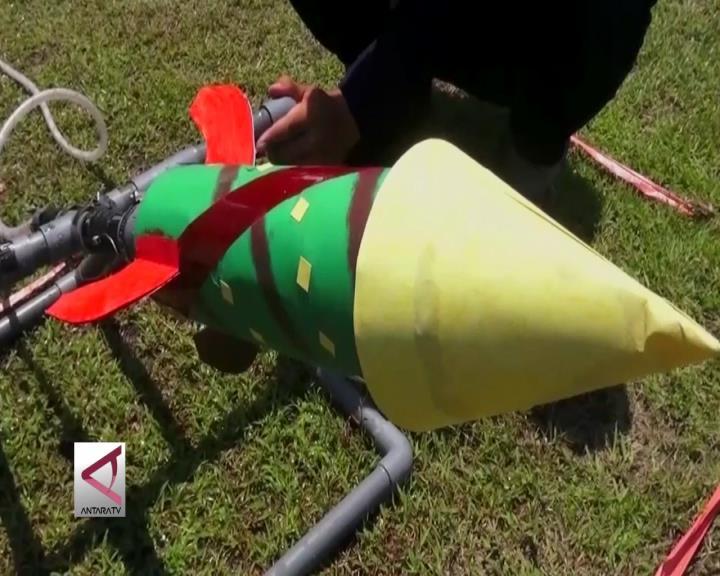 Pelajar SMP Berlomba Roket Air