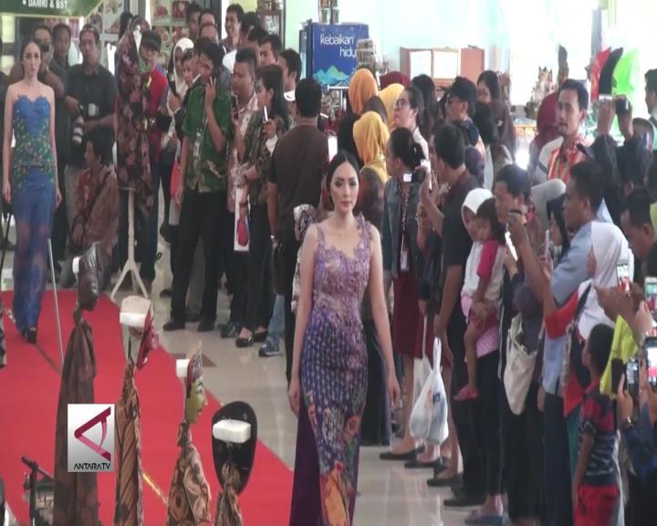 Peragaan Batik di Bandara Sita Perhatian Wisatawan