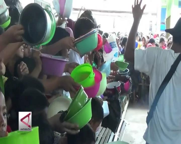 Ribuan Orang Antre Pembagian Bubur Asyura di Palembang