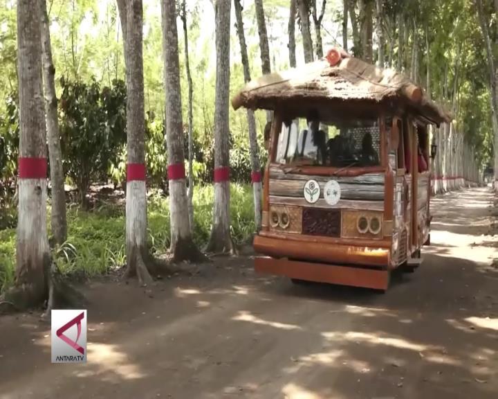 Serunya Keliling Kebun dengan Mobil Ala Flinstones