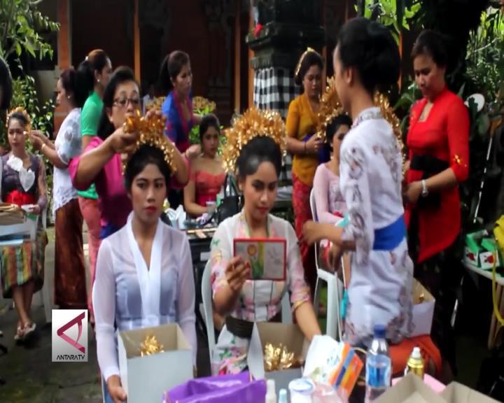 Saat Gadis-Gadis Bali Berhias di Puri Tabanan